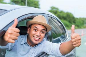 männlicher Fahrer, der Daumen aufgibt