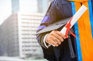 Nahaufnahme eines Absolventen mit Diplom foto