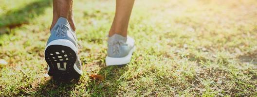 beschnittene Ansicht der laufenden Füße draußen