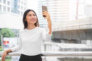 Porträt der asiatischen Frau, die ein Selfie nimmt