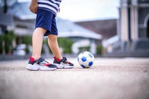 kleiner Junge mit Fußball foto