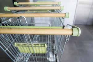 leere Einkaufswagen vor dem Supermarkt foto