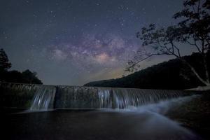 Milchstraße über kleinen Damm