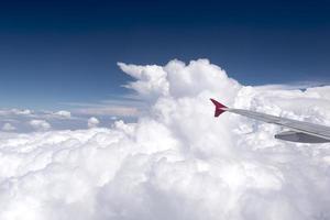 Ansicht des Flugzeugflügels vom Passagierfenster