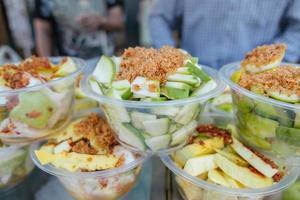 frisch geschälte geschnittene saure knusprige Mangos