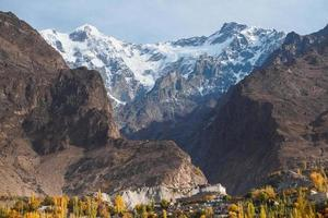 Baltit Fort gegen Karakoram Berg in Hunza Tal, Pakistan foto