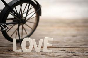 Buchstaben Liebe und Spielzeug Fahrrad foto
