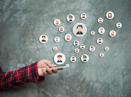 Frauenhand zeigt soziales Netzwerk foto