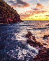 Meereswellen krachen auf Felsen foto