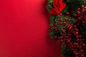 rote und grüne Feiertagsdekorationen