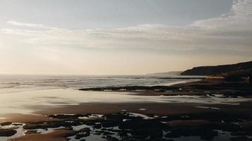 Ozean unter bewölktem Himmel foto