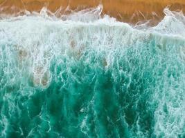Wellen krachen an Land