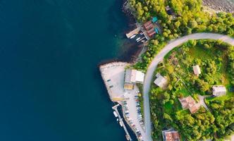Luftaufnahme des Küstendorfes foto