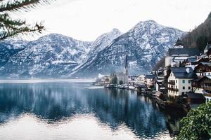 Blick auf See und schneebedeckte Berge