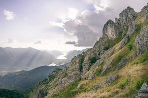 grüner und grauer Berg