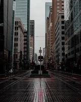 leere Straße zwischen Gebäuden in der Stadt foto