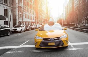 gelbes Taxi in der Stadt foto