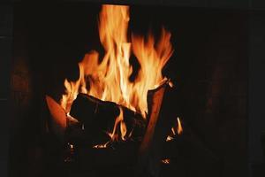 brennendes Holz in der Feuerstelle