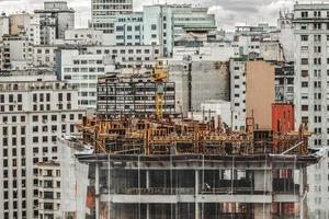 gelbes Gerüstgebäude
