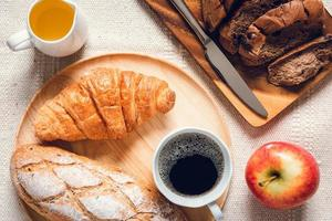 Draufsicht auf Frühstück verteilt