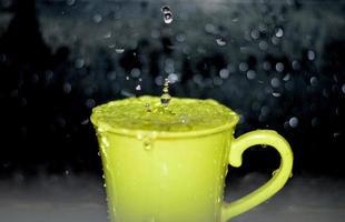 gelber Keramikbecher mit Wasser foto