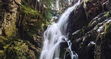Langzeitbelichtung von Wasserfällen im Wald foto