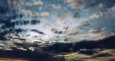 Zirruswolken während des Sonnenuntergangs foto