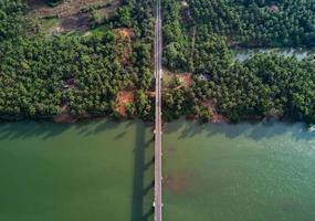 Luftaufnahme des Gewässers foto