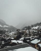 Luftaufnahme eines schneebedeckten Dorfes