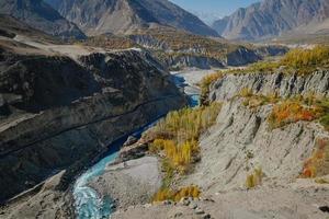 gewundener Fluss, der durch Gebirgszug fließt foto