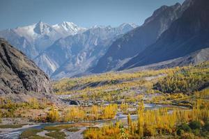 gewundener Fluss, der im Herbst durch Berggebiete fließt foto