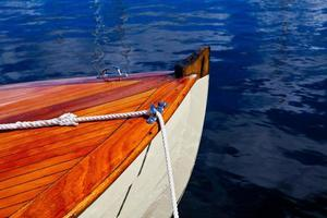 vorderes Ende des Segelboots foto