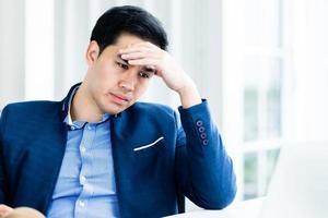 gestresster Geschäftsmann im Büro foto