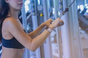 junge schöne Frau, die Übungen im Fitnessstudio macht
