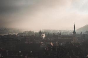 Stadtdächer unter einem bewölkten Himmel