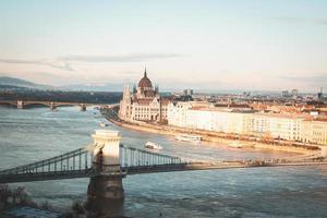 weiße und braune Betongebäude und Brücke foto