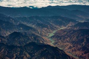 Fluss zwischen schwarzen und braunen Bergen foto