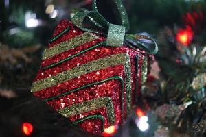 rote und grüne Weihnachtsbaumdekoration