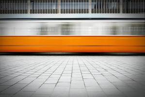 unscharfes Bild der schnell fahrenden Straßenbahn