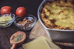 gebackene Lasagne mit Zutaten foto