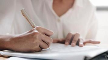 Hände der jungen Frau, die Tagesplan schreibt