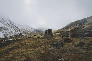 schneebedeckter Berg mit dichten Wolken