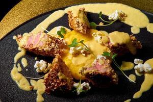 Fleischscheiben in einer Sauce foto