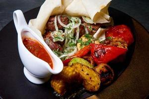 gebackenes Fleisch mit Gemüse foto