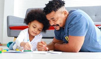 glücklicher afrikanischer Vater und Sohn foto