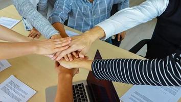 Gruppe von Geschäftsleuten, die zusammenarbeiten