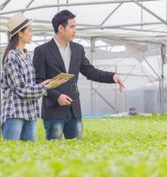 junger Manager und junger Bauer auf dem Bauernhof