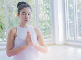asiatische Frau, die Yoga praktiziert