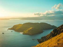 Blick auf eine Insel bei Sonnenuntergang foto