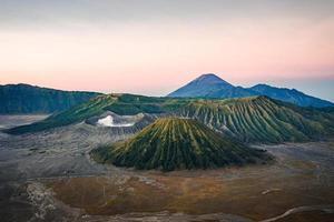 Blick auf den Vulkan bei Sonnenuntergang foto